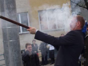Przewodniczący Rady strzela na wiwat ze strzelby skałkowej z okazji podpisaniu umowy o współpracy
