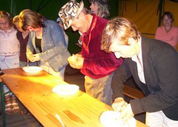 Antoni Korzekwa (w środku) był bezkonkurencyjny, jego obierka mierzyła aż 54 cm..jpeg